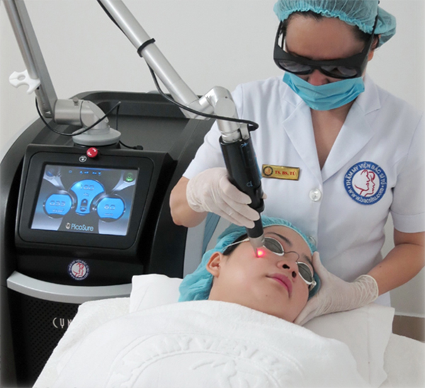 Лазер Picosure проводит процедуру по омоложению кожи лица